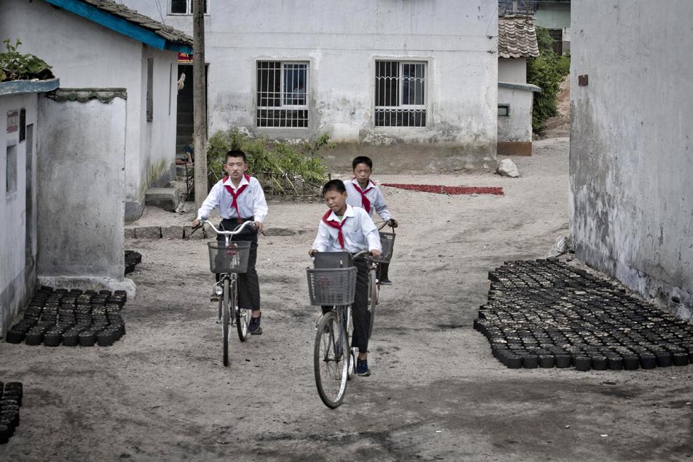 Adolescenţi nord-coreeni merg pe biciclete pe o stradă din Phenian, joi, 6 decembrie 2012.