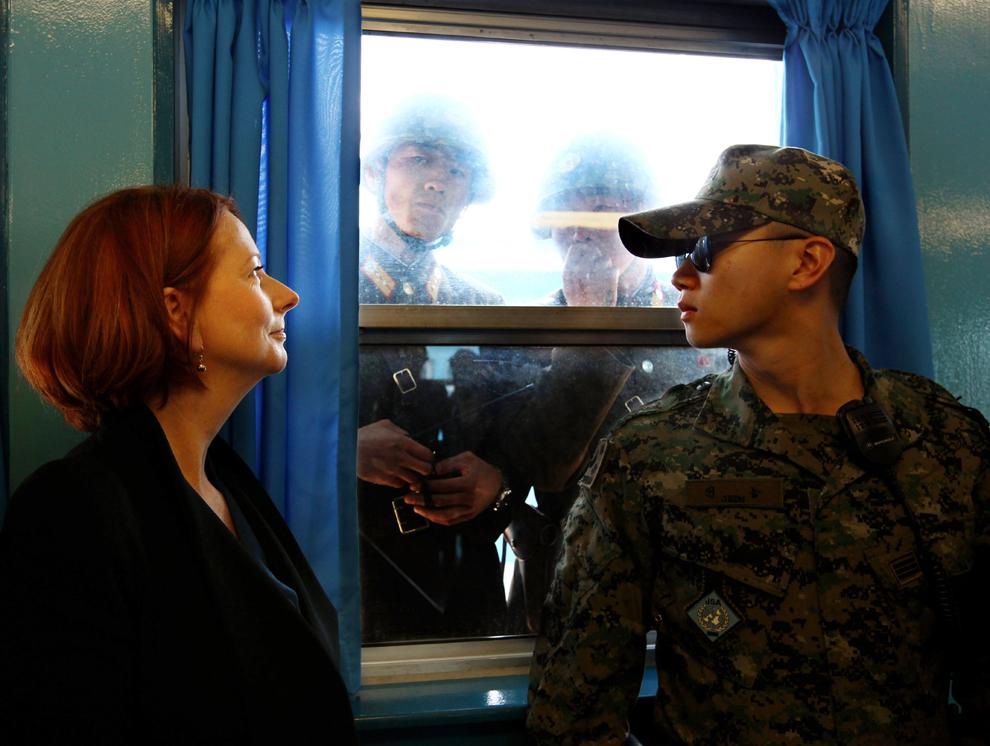 Prim-ministrul australian Julia Gillard, este urmărită de soldaţi nord coreeni în timpul unei vizite în Zona Demilitarizată, pe durata unei vizite oficiale la Phenian, duminică, 24 aprilie 2011.