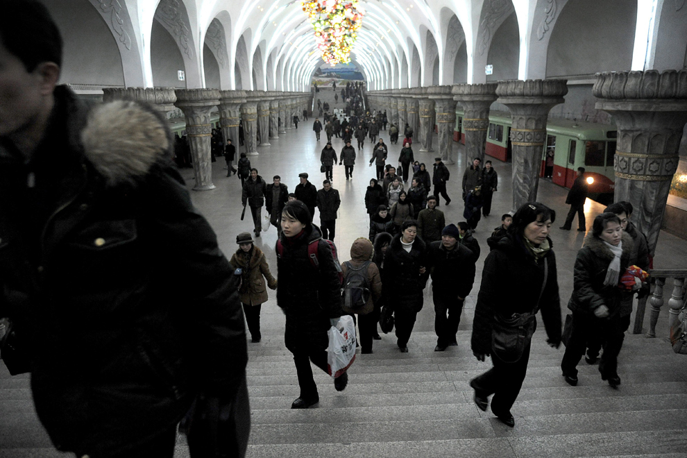 Imagine cu una dintre cele doua staţii subterane de metrou din Phenian, pe care turiştii străini au voie să o viziteze, însă numai fiind însoţiţi de un ghid autorizat, luni, 20 februarie 2012.