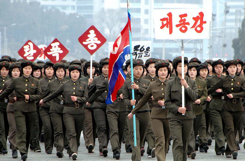 Studenţi nord-coreeni mărşăluiesc şi cântă în piaţa Kim Il-Sung din Phenian în timpul unui concurs de intrepretat în cor cântece de război, duminică, 17 martie 2012.