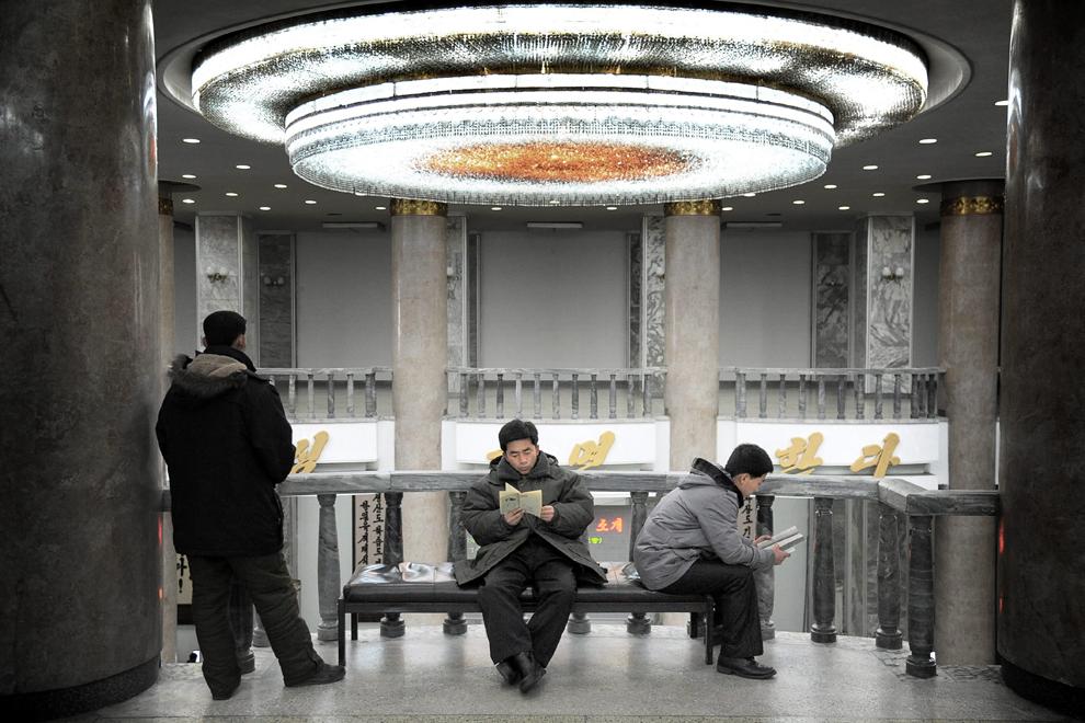 Mai mulţi bărbaţi citesc în Marea Casă pentru Învăţământ a Poporului, principala biblioteca nord-coreeană, în Phenian, luni, 20 februarie 2012.