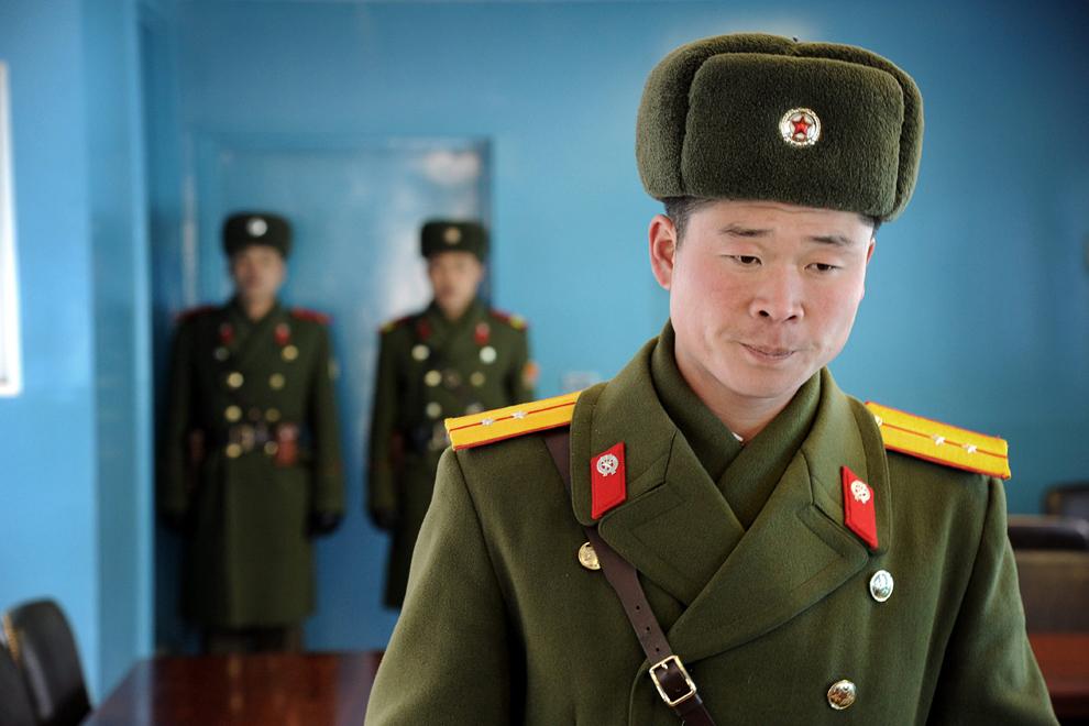 Imagine cu locotenentul nord-coreean Kim Jong Hak, luni, 20 februarie 2012. Acesta lucrează în zona demilitarizată care separă cele două Corei.