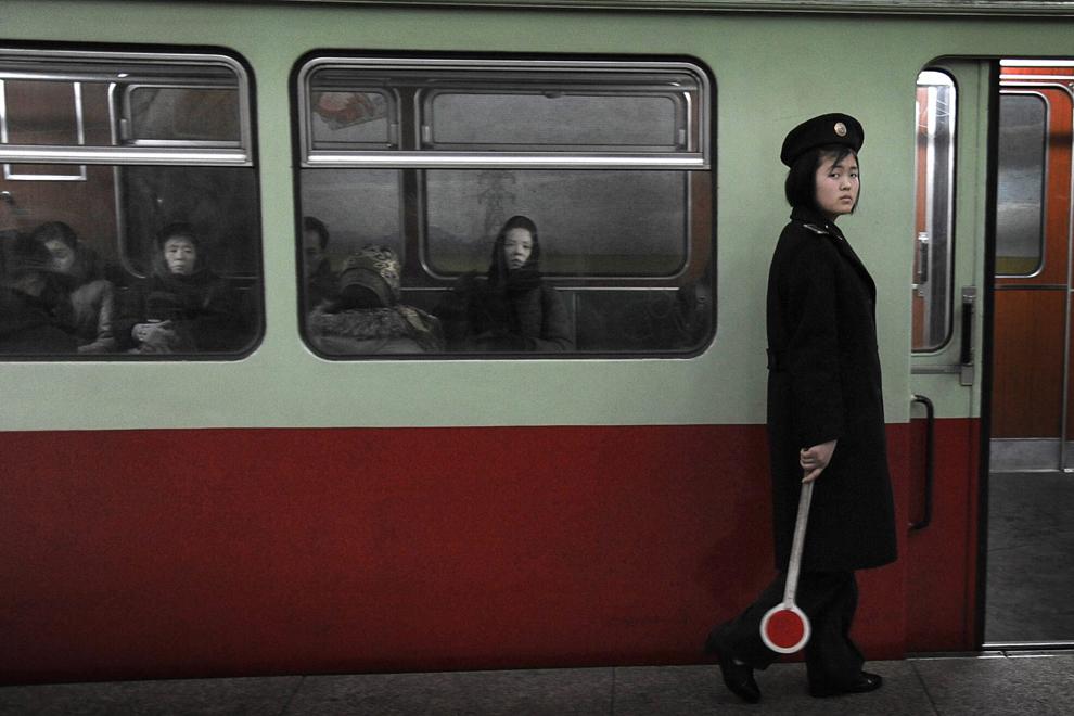 O angajată la metroul din Phenian priveşte înspre camera foto. În Phenian există doua linii de metrou. Turiştilor străini le este permis să călătorească între doua staţii, însoţiţi de un ghid. 20 februarie 2012.