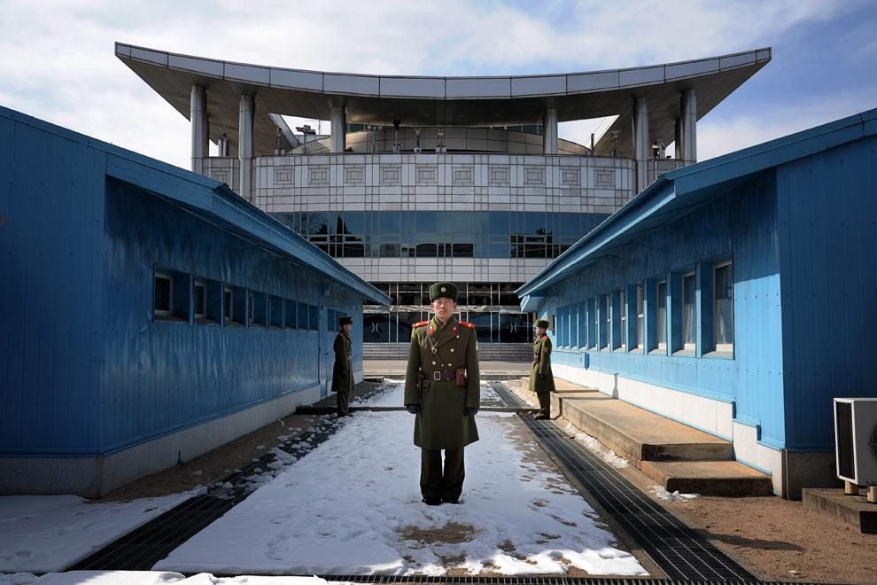 Imagine cu zona de graniţă dintre Coreea de Nord şi Coreea de Sud, luni, 20 februarie 2012. În clădirea din spate, turiştii sud-coreeni privesc înspre Coreea de Nord cu ajutorul binoclurilor.
