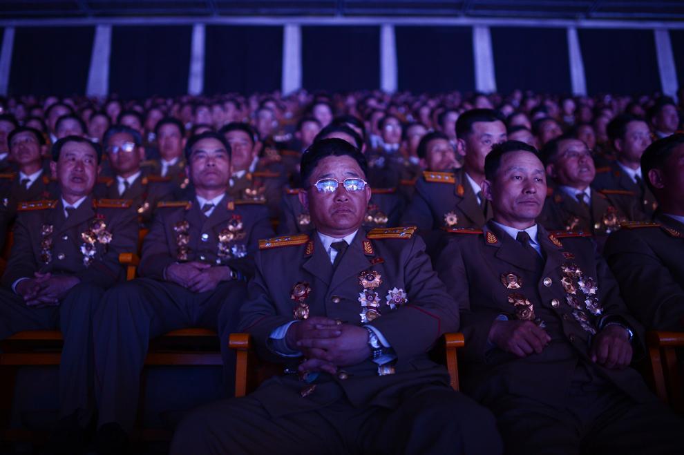 Militari nord-coreeni urmăresc un spectacol în timpul festivităţilor organizate cu prilejul aniversării a 100 de ani de la naşterea liderului fondator Kim Il-Sung, în Phenian, luni, 16 aprilie 2012.