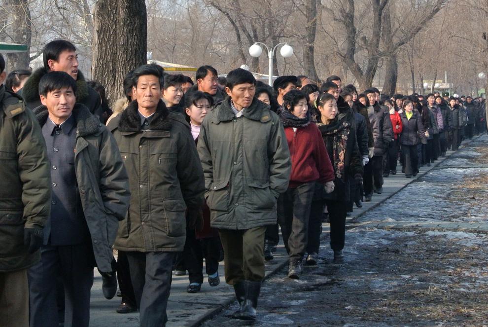 Muncitori nord-coreeni părăsesc fabrica în care lucrează, la sfârşitul programului de lucru, în oraşul Sinuiju din nord-estul Coreei de Nord, sâmbătă, 15 decembrie 2012.