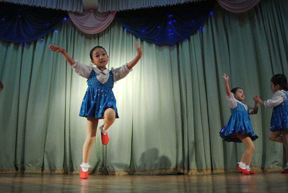 Mai multe fetiţe nord-coreene susţin un spectacol pentru vizitatori într-o grădiniţă din Sinuiju, în nord-estul Coreei de Nord, sâmbătă, 15 decembrie 2012.