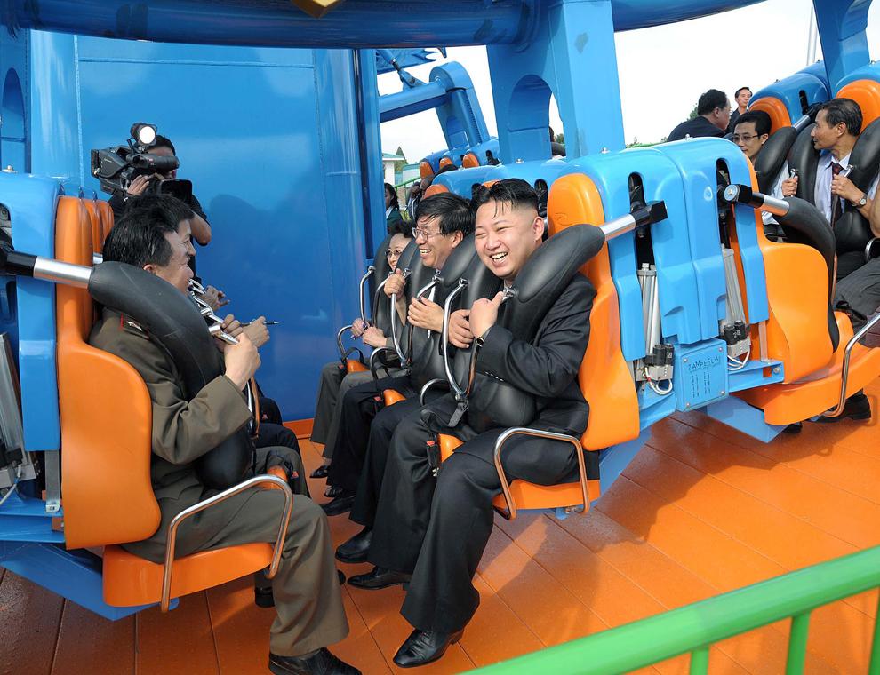 O fotografie nedatată îl infăţişează pe liderul nord-coreean Kim Jung-Un (C) după o cursă într-un montaigne-rousse din Parcul de Distracţii al Poporului Rungna, aflat în Phenian.