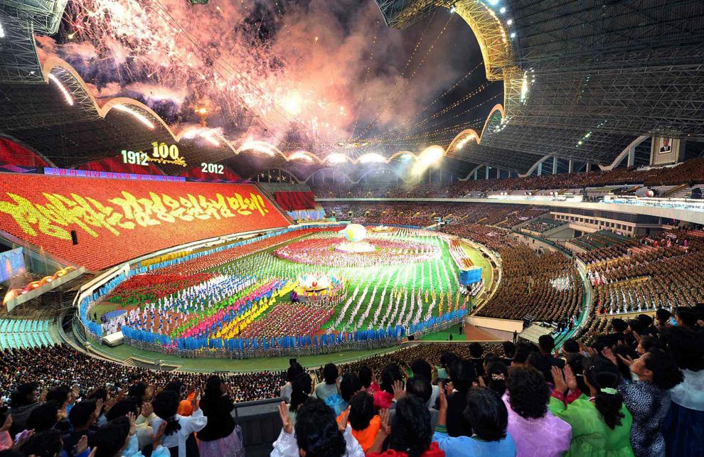 Nord-coreeni asistă la o dată nespecificată  la un spectacol de masă denumit Arirang, susţinut cu prilejul aniversării a 100 de ani de la naşterea liderului fondator Kim Il-Sung, pe stadionul 1 Mai din Phenian.
