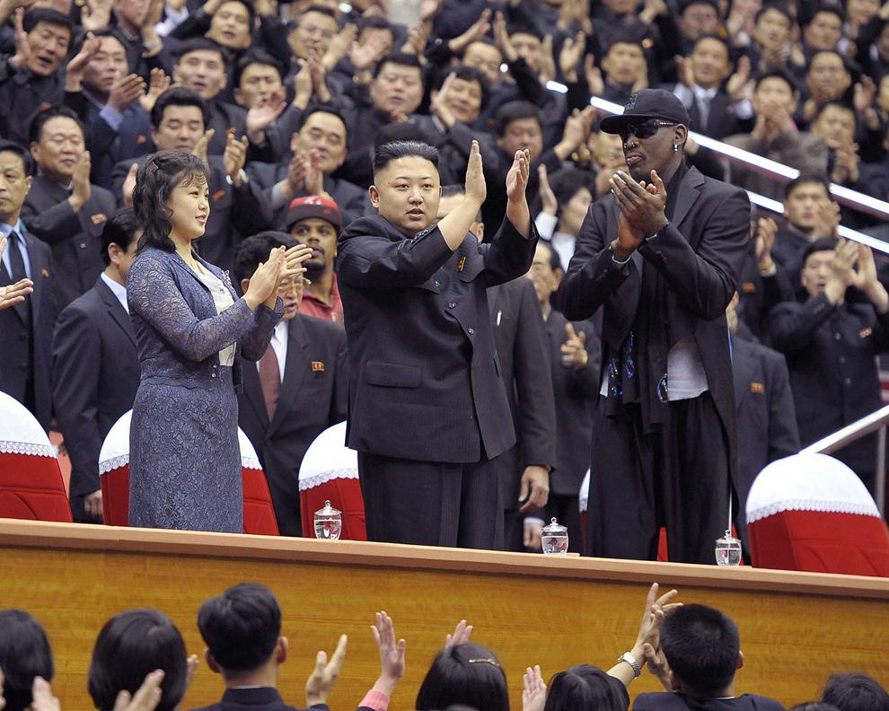 Liderul korean Kim Jong-Un (C), alături de soţia sa Ri Sol-Ju (CS) şi fosta vedetă NBA Dennis Rodman (D), aplaudă în timpul unui meci de baschet, în Phenian, joi, 28 februarie 2013.