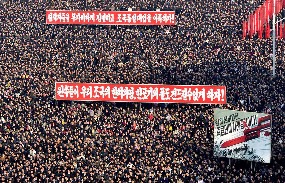 Nord-coreeni participă la un miting de susţinere a declaraţiei purtătorului de cuvânt al Armatei Populare Coreene, în piaţa Kim Il Sung din Phenian, joi, 7 martie 2013.