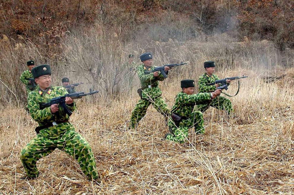 O fotografie făcută publică de către Agenţia Coreeană Centrală de Ştiri luni, 11 martie 2013, infăţişează soldaţi nord-coreeni participând la un exerciţiu militar, într-un loc şi la o dată nespecificate.