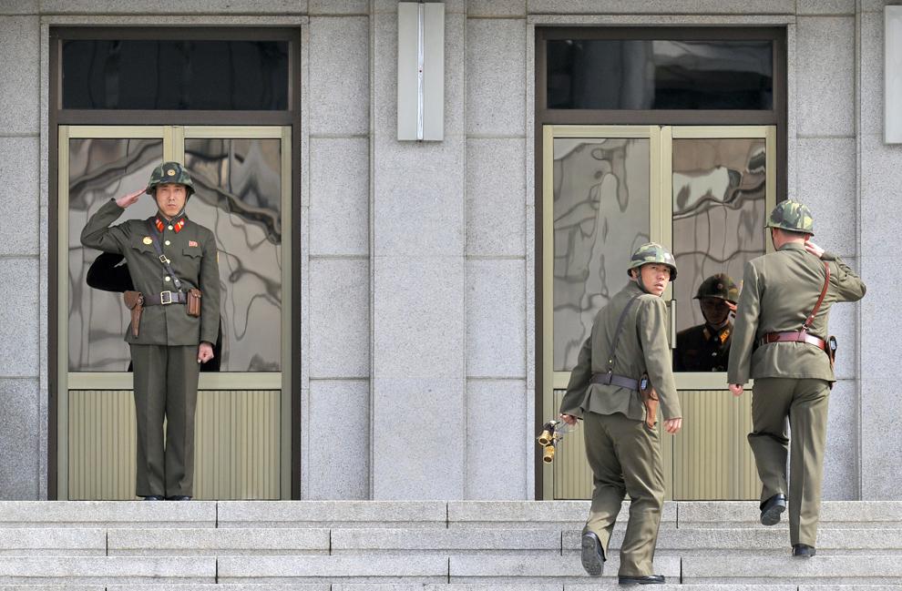 Un soldat nord-koreean salută un superior în nordul localităţii Panmunjom, în zona demilitarizată care desparte cele doua Corei, marţi, 19 martie 2013.