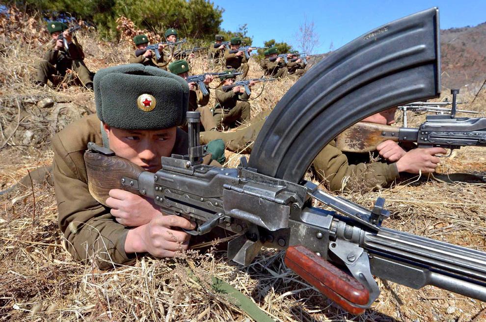 O fotografie realizată de către Agenţia Coreeană Centrală de Ştiri infăţişează un soldat nord-koreean în timpul unui exerciţiu militar,  într-un loc nespecificat din Koreea de Nord, miercuri, 20 martie 2013.