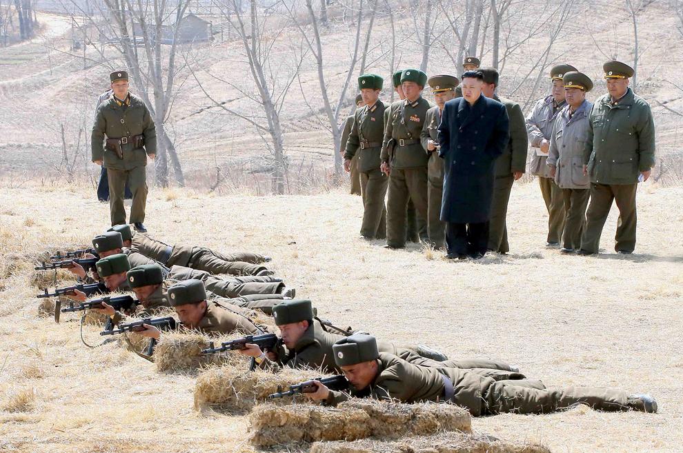 Liderul nord-koreean  Kim Jong-Un (D4) inspectează batalionul al 2-lea al unităţii U1973, aparţinând Armatei Populare Coreene, într-un loc nespecificat, sâmbătă, 23 martie 2013.