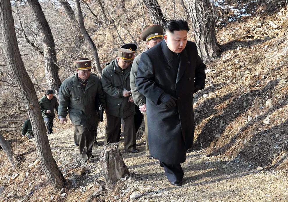 Liderul nord-koreean  Kim Jong-Un se îndreaptă spre un post de observaţie pentru a urmări exerciţiile de debarcare şi antidebarcare ale Marilor Unităţi Combinate KPA 324 şi 287, într-un loc nespecificat, luni, 25 martie 2013.