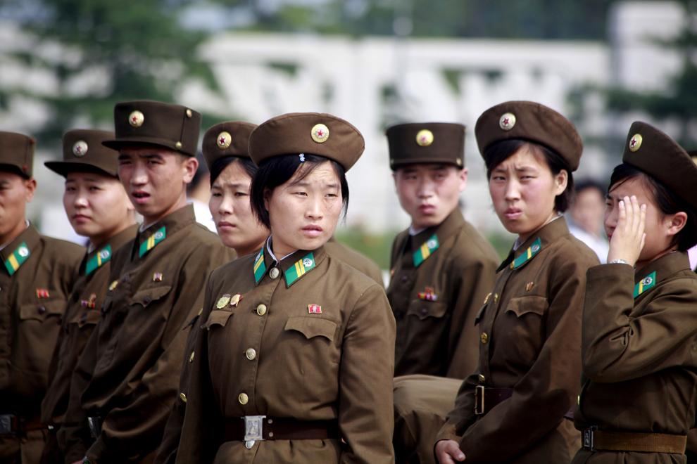 Grup de soldaţi din armata nord-coreeană, în faţa Palatului Memorial Kumsusan, în Phenian, Coreea de Nord, miercuri, 14 noiembrie 2012.