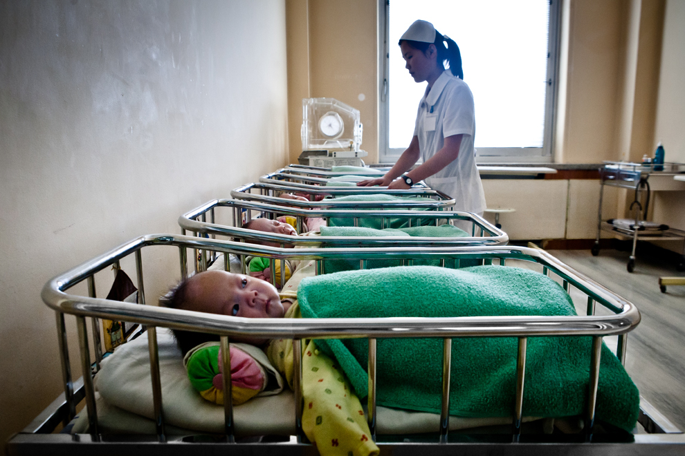 Bebeluşi sunt îngrijiţi într-o maternitate din Phenian. Phenianul este capitala RDP Coreea şi cel mai mare oraş din ţară. Este situat pe râul Taedong şi, potrivit recensământului populaţiei din 2008, are o populatie de 3,255,388 locuitori.