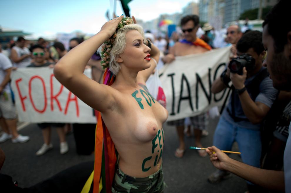O membră a grupului Femen din Brazilia demonstrează alături de alte sute de persoane împotriva lui Marco Antonio Feliciano, pastor şi preşedinte al comisiei pentru drepturile omului, pentru remarcile sale homofobe, în Rio de Janeiro, sâmbătă, 16 martie 2013.