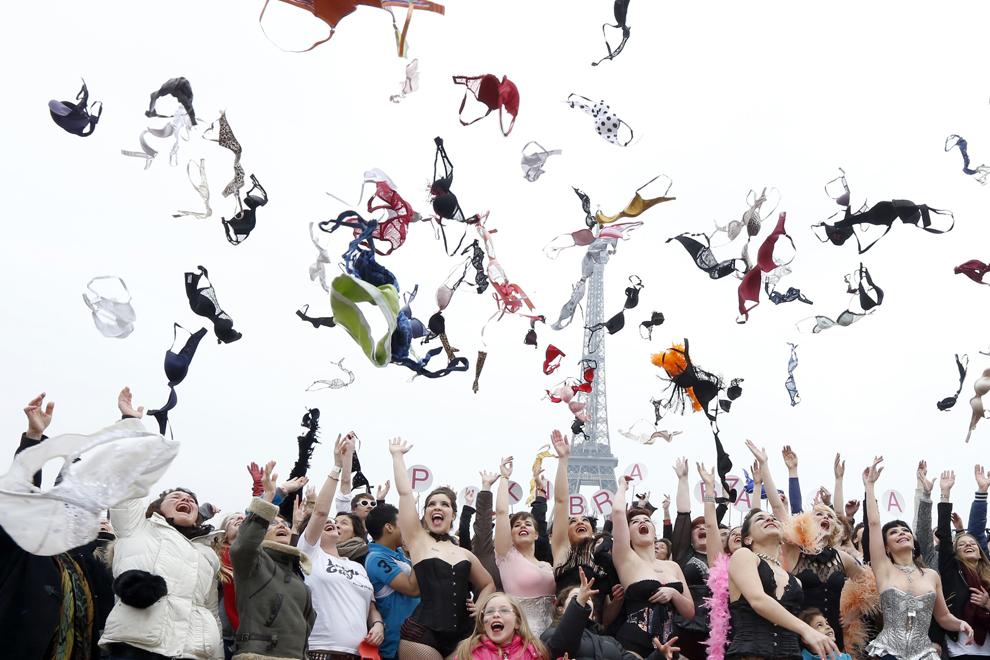 """Mai multe femei aruncă sutienele, pe o esplanadă din faţa turnului Eiffel, în timpul unui eveniment organizat de """"Pink Bra Bazzar"""", o organizaţie franceză ce luptă împotriva cancerului la sân."""