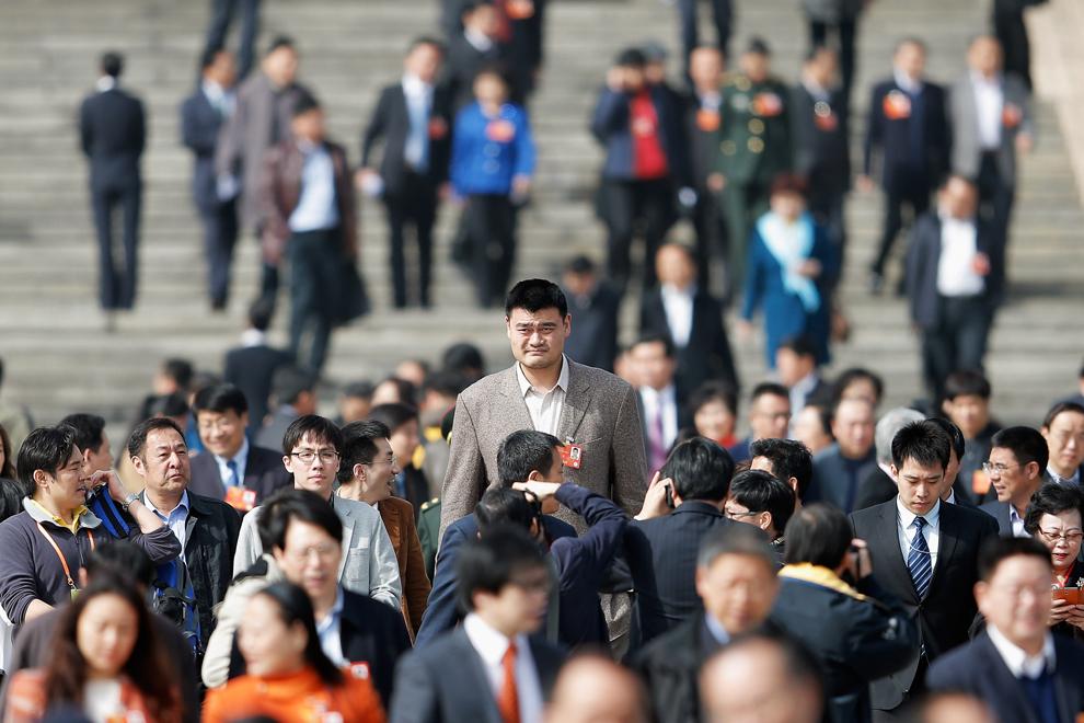 Delegatul Yao Ming (C), un fost star NBA, iese din Sala Mare a Poporului, după o sesiune plenară a Adunării Politice Consultative a Poporului Chinez, în Beijing, vineri, 8 martie 2013.