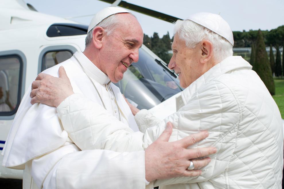 Proaspăt alesul papă Francis (S) şi predecesorul său, Papa Emeritus Benedict XVI, se întalnesc pe heliportul de la reşedinţa papală de vară, castelul Gandolfo, lângă Roma, sâmbătă, 23 martie 2013.