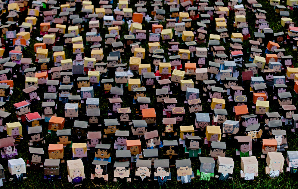 Mii de personaje din carton, generate de cei care au semnat o petiţie online, pot fi văzute în faţa Parlamentului Britanic, în centrul Londrei, în timpul unei şedinte foto organizate de Fundaţia Fairtrade, luni, 4 martie 2013.