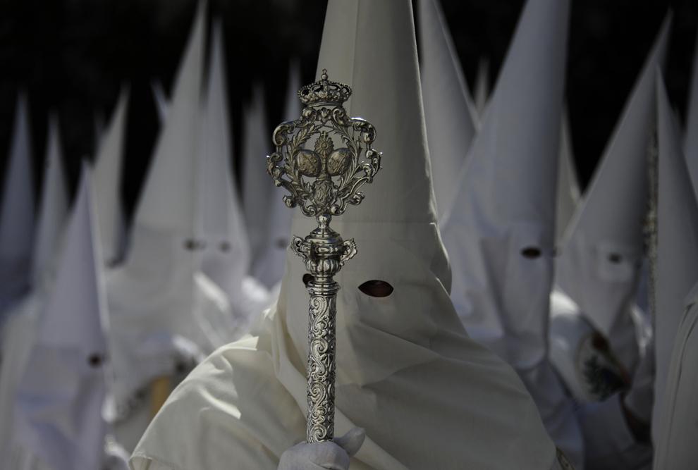 Penitenţi ai frăţiei 'La Paz' iau parte la o procesiune din timpul Săptămânii Patimilor, în Sevilia, duminică, 24 martie 2013.