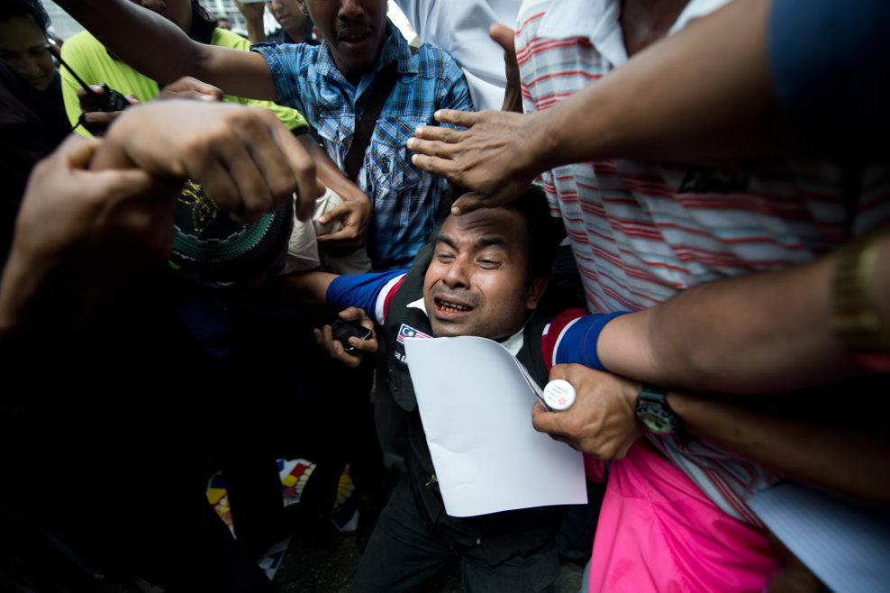 Un etnic rohingya reacţionează în timpul unui protest împotriva revoltelor religioase soldate cu morţi din provincia nordică a Myanmarului, Kachin, şi a violenţelor religioase îndreptate împotriva etnicilor musulmani rohingya, în Kuala Lumpur, luni, 25 martie 2013.