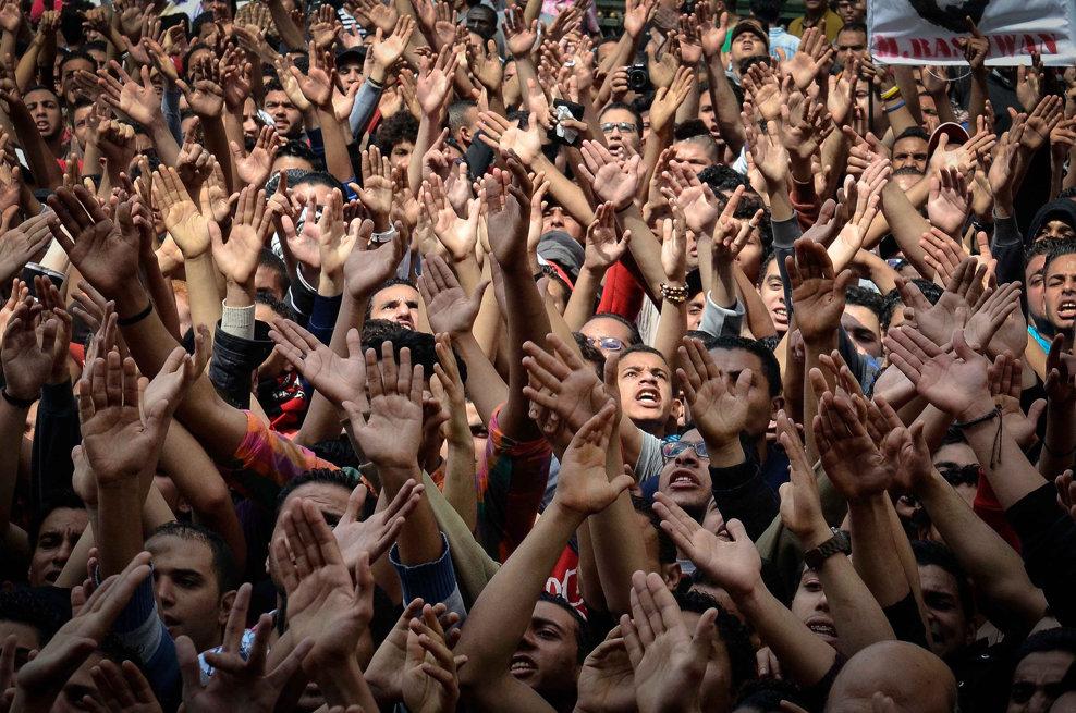 Suporteri ai clubului de fotbal egiptean Al-Ahly protestează în faţa biroului procuraturii din Cairo, cerând eliberarea colegilor din galerie, sâmbătă, 16 martie 2013.