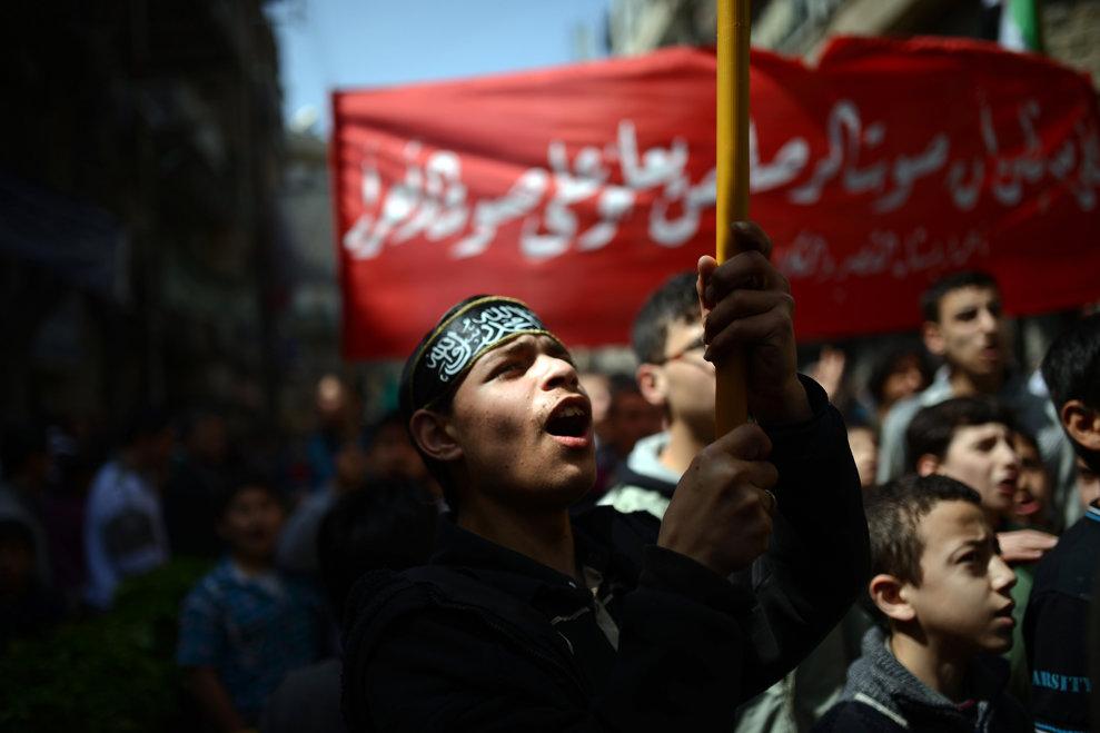 Un protestatar sirian scandează lozinci antiguvernamentale în timpul unui protest, în oraşul Alep din nordul Siriei, vineri, 5 aprilie 2013.