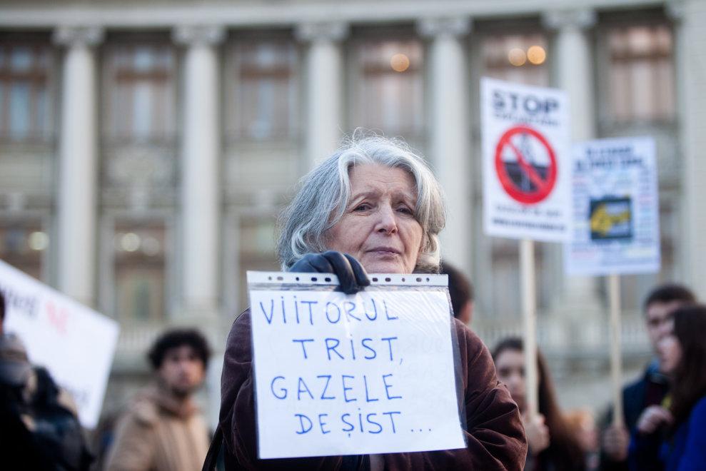 O femeie participă la un protest împotriva exploatării gazelor de şist, organizat de Coaliţia pentru Mediu şi Asociaţia România Fără Ei, în Piaţa Universităţii din Bucureşti, joi, 4 aprilie 2013.