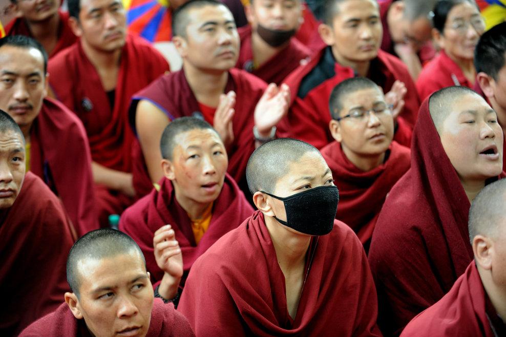 Călugări, călugăriţe şi activişti budişti participă la o adunare de protest, în cadrul unei campanii lansate de guvernul tibetan in exil, denumită Campania de Solidaritate cu Tibetul 2013, în New Delhi, sâmbătă, 2 februarie 2013.