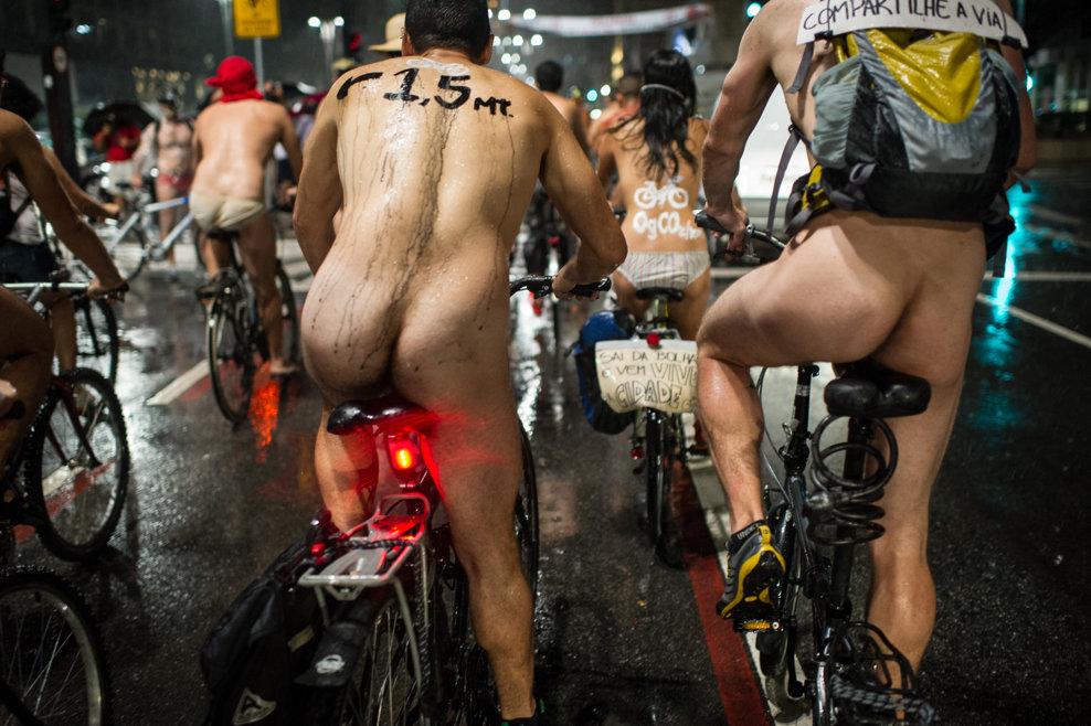 Ciclişti goi iau parte la a 6-a ediţie a evenimentului 'Pedalând goi', organizat pentru a celebra ciclismul şi corpul uman şi pentru a protesta împotriva maşinilor, emisiilor de gaze şi agresivităţii şoferilor, în Sao Paulo, sâmbătă, 9 martie 2013.