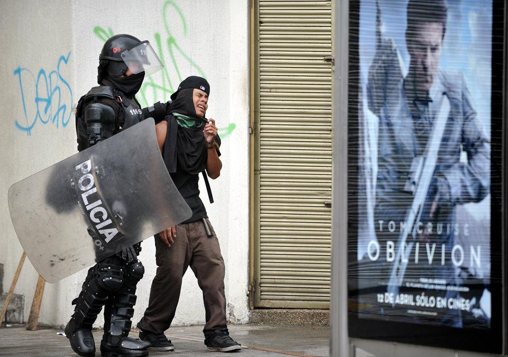 Un student este arestat de un poliţist în timpul unui protest împotriva calităţii scăzute a sistemului public de educaţie, în Bogota, Columbia, miercuri, 10 aprilie 2013.