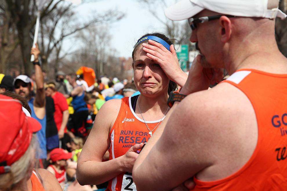 O alergătoare reacţionează aproape de Piaţa Kenmore, dupa ce două explozii au avut loc aproape de linia de sosire a celui de-al 117-lea Maraton Boston, luni, 15 aprilie 2013.