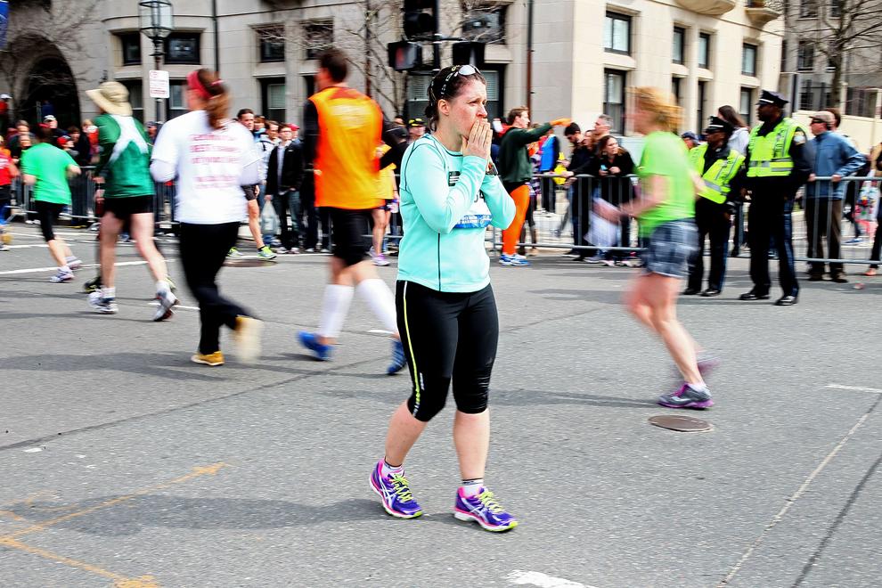 O femeie priveşte către locul unde au avut loc cele doua explozii de pe strada Boylston, aproape de linia de sosire a celui de-al 117-lea Maraton Boston, luni, 15 aprilie 2013.