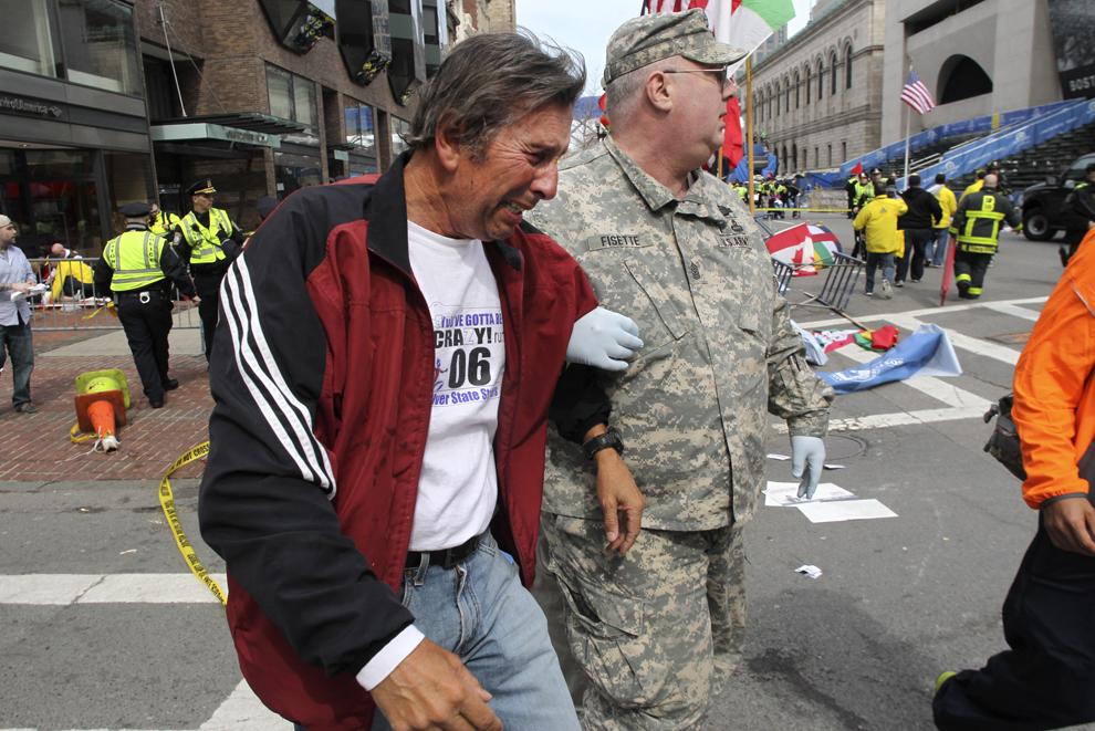 Un bărbat reacţionează, după ce două explozii au avut loc aproape de linia de sosire a celui de-al 117-lea Maraton Boston, luni, 15 aprilie 2013.