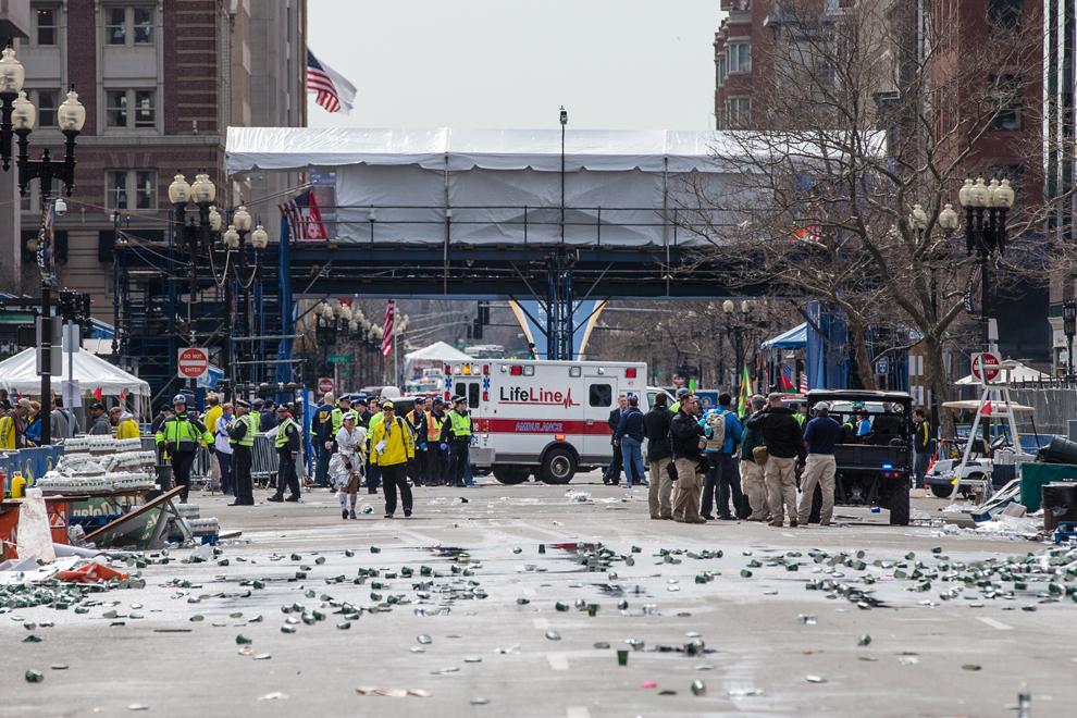 Echipaje de prim ajutor aşteaptă veşti, după ce două explozii au avut loc aproape de linia de sosire a celui de-al 117-lea Maraton Boston, luni, 15 aprilie 2013.