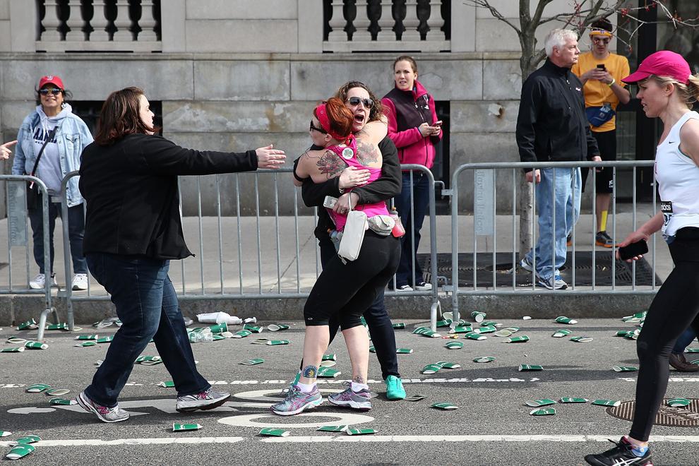 O alergătoare îmbrăţişează o altă femeie de pe traseul maratonului, lângă piaţa Kenmore, după ce două bombe au explodat în timpul ediţiei cu numărul 117 a Maratonului din Boston, luni, 15 aprilie 2013, în Boston, Massachusetts.