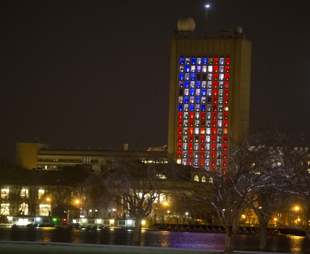 O clădire din campusul MIT din Cambridge, Massachusetts, este luminată ca steagul Statelor Unite, după ce două explozii au avut loc aproape de linia de sosire a celui de-al 117-lea Maraton Boston, luni, 15 aprilie 2013.