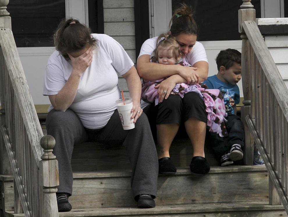Colleen Howe şi Lisa O'Leary  plâng pentru pierderea suferită de vecinii lor, în Medford, marţi, 16 aprilie 2013. Krystle Campbell a decedat în exploziile de la linia de sosire a celui de-al 117-lea Maraton Boston.