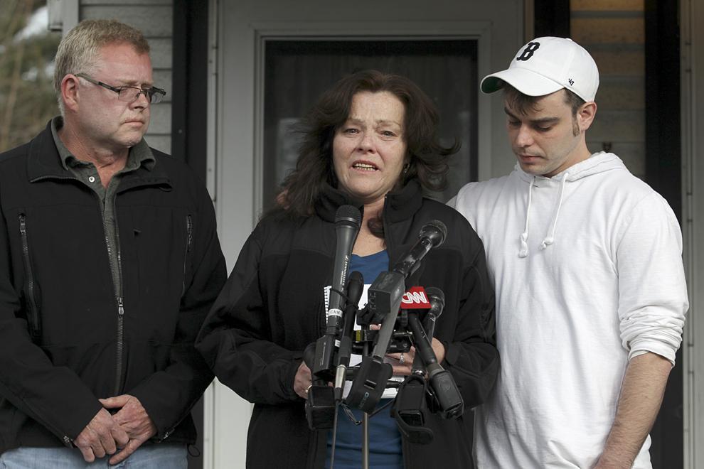 Patty Campbell, mama primei victime identificate ca fiind Krystle Campbell, vorbeşte cu presa alături de fratele şi fiul său John Reilly respectiv Billy Campbell, în Medford, Massachusetts, marţi, 16 aprilie 2013. Krystle Campbell a decedat în exploziile de la linia de sosire a celui de-al 117-lea Maraton Boston.