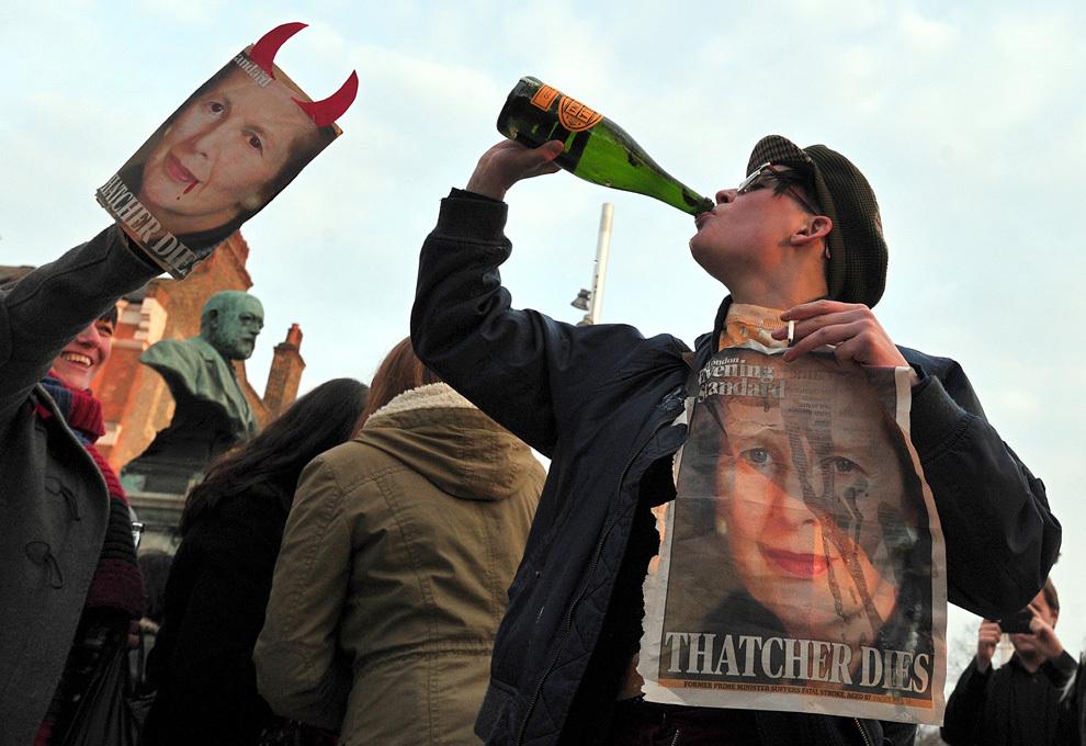 Mai multe persoane sărbătoresc decesul fostului premier britanic, Margaret Thatcher, în Londra, luni, 8 aprilie 2013.