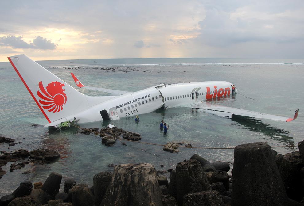 O fotografie făcută publică de către poliţia indoneziană înfăţişează un avion Boeing 737, aparţinând companiei aviatice Lion Air, parţial scufundat în apă după ce, în timpul aterizării, a derapat de pe pista aeroportului internaţional din Bali, sâmbătă, 13 aprilie 2013.