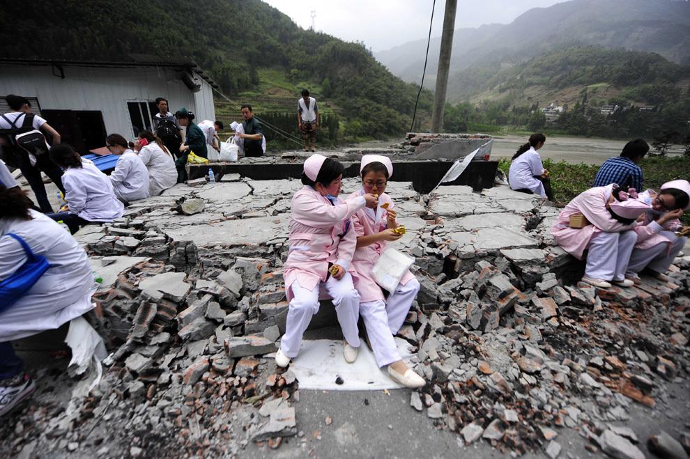 O fotografie realizată duminică, 21 aprilie 2013, înfăţişează personalul medical din zona calamitată Ya'an în timpul unei pauze. Condiţiile dificile au îngreunat accesul salvatorilor în zona muntoasă din sud-vestul Chinei, afectată de un puternic cutremur care a condus la decesul a cel puţin 188 de persoane.