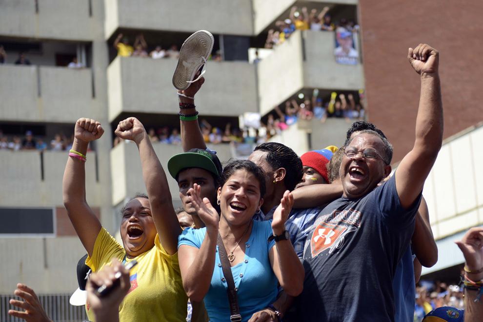 Suporteri ai liderului opoziţiei venezuelene, Henrique Capriles Radonski, reacţionează în timpul unui miting electoral, în Ciudad Cumana, statul Sucre, marţi, 9 aprilie 2013.