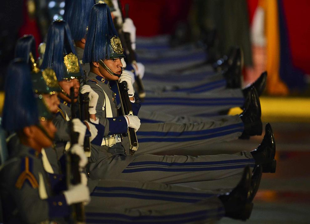 Soldaţi venezueleni defilează după instalarea noului preşedinte venezuelean Nicolas Maduro, în Caracas, vineri, 19 aprilie 2013.