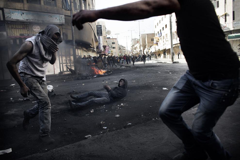 Protestatari palestinieni se confruntă cu forţele de securitate israeliene, în Hebron, Cisiordania, joi, 4 aprilie 2013. Ciocnirile au zguduit Cisiordania în timp ce mii de palestinieni au participat la înmormântarea unui prizonier decedat în detenţie şi a doi adolescenţi împuşcaţi mortal de trupele israeliene.
