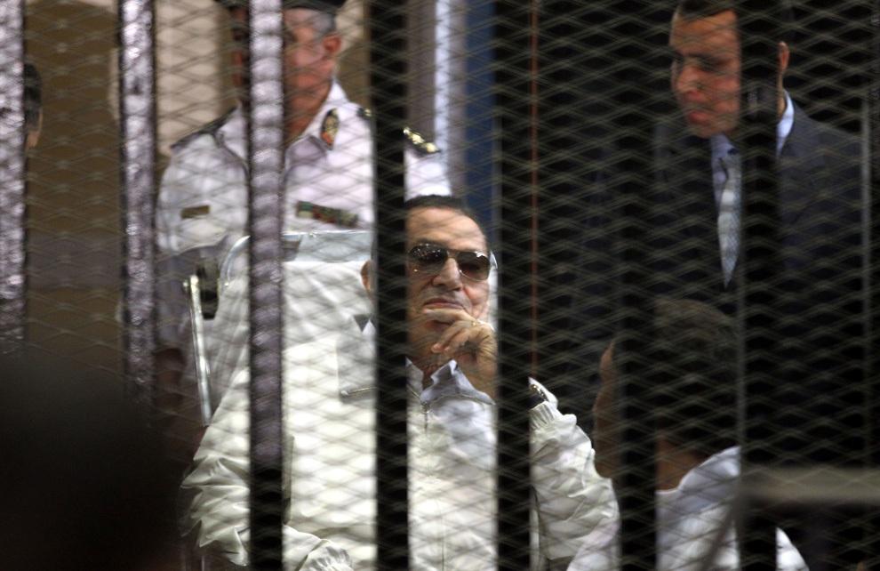 Preşedintele egiptean demis Hosni Mubarak stă în spatele gratiilor în timpul audierilor care au loc în cadrul recursului său, la Academia de Poliţie din Cairo, sâmbătă, 13 aprilie 2013.